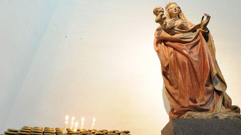 Spätgotische Madonna in der Rundbogennische des südlichen Querschiffes
