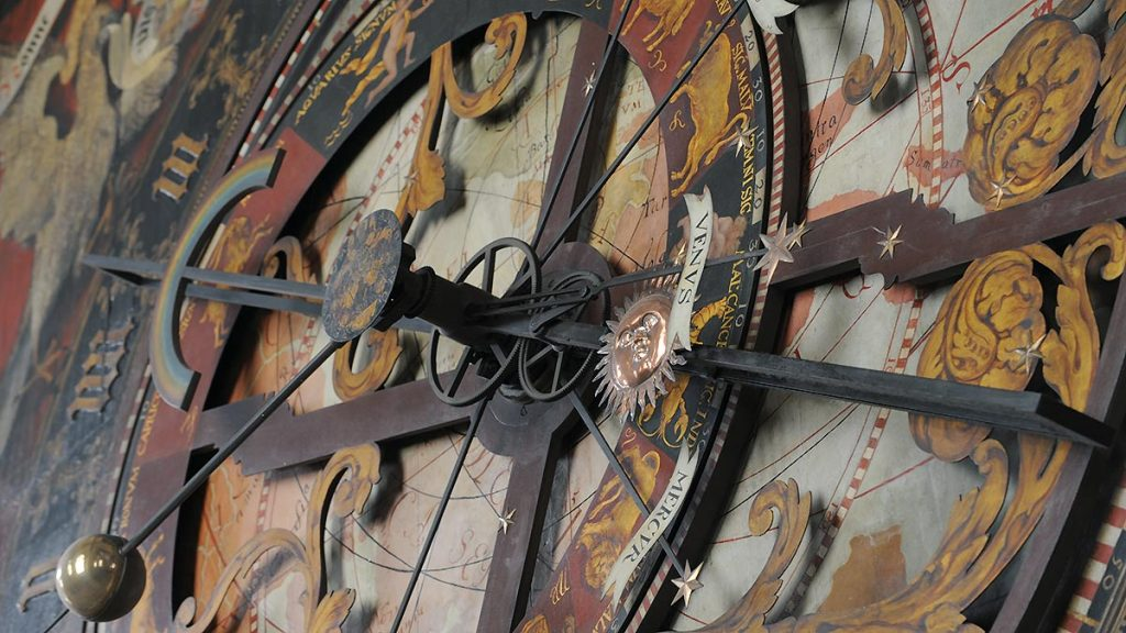 Astronomische Uhr im Kapellenumgang.