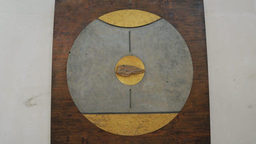 Kupferplatte mit zwei versteinerten Fischen im Hochchor