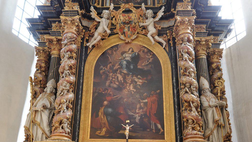 Barockaltar mit einer Darstellung der Himmelfahrt Mariens